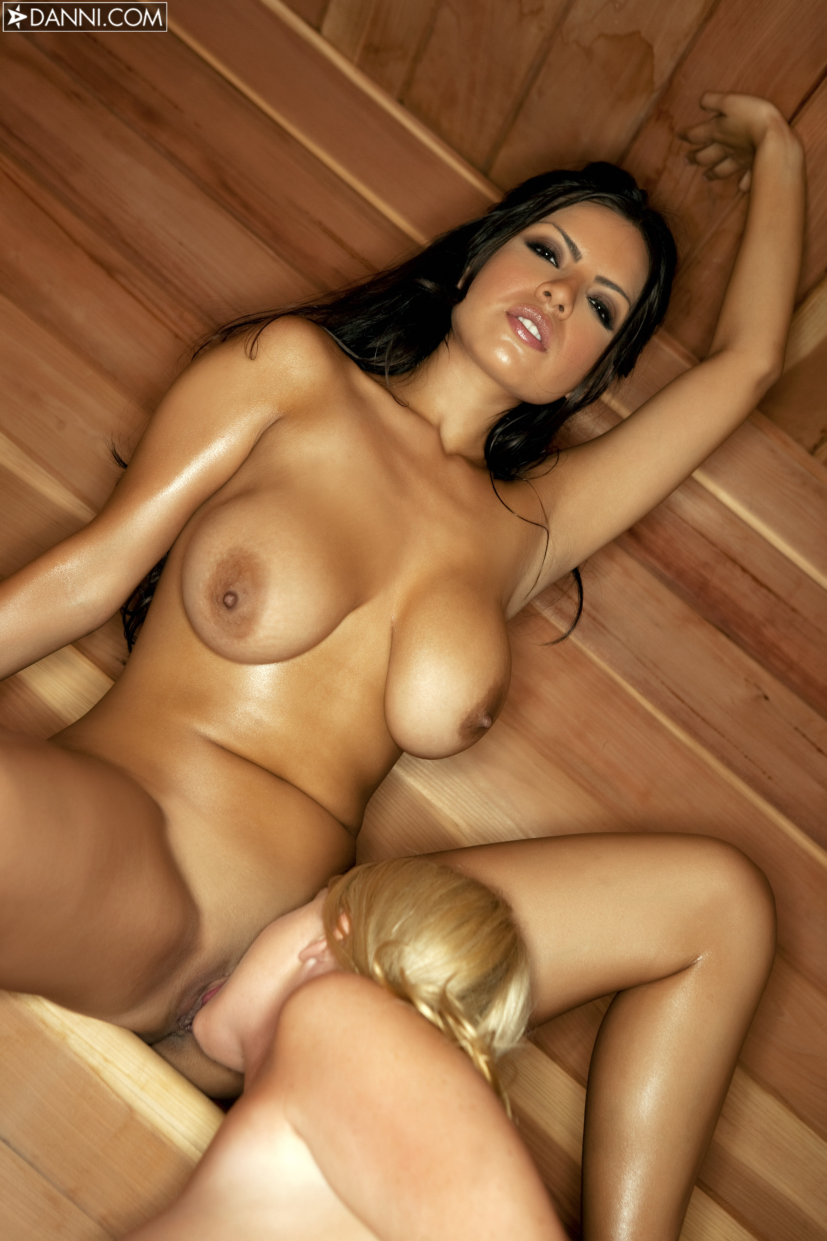 Секс грудастых брюнеток в сауне 12 фотография