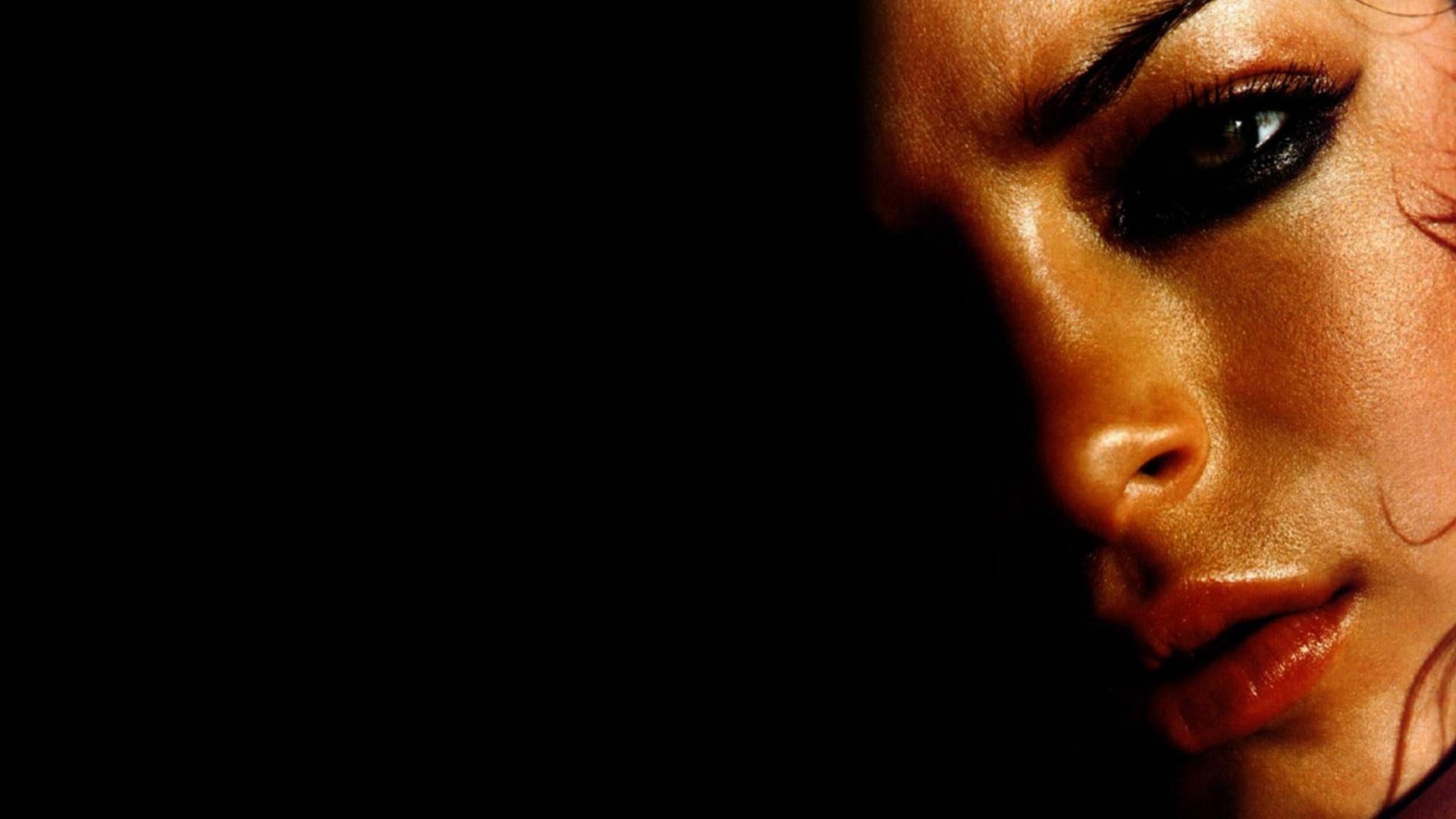 Слезинка на лице девушки  № 1423035 бесплатно